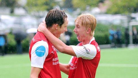 Markus Eiane (t.v.) og Sondre Svalestad Hovland feirer førstnevntes 1-2-scoring.