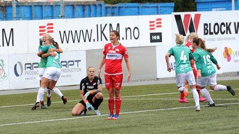 Tameka Butt (til venstre) feirer scoringen sin sammen med Hanne Kogstad. Gry Tofte Ims (f.v.) og Hege Hansen kommer løpende til for å være med på jubelen.