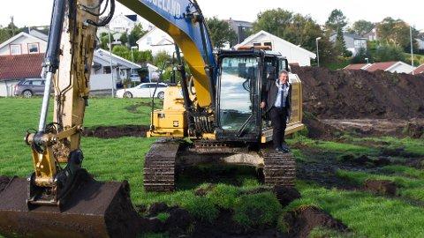 Ordførar Reinert Kverneland tok første spadetak på Tunheimgarden, i det som var hans debut som gravemaskinførar.