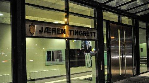 Tre menn fra Jæren ble mandag i Jæren tingrett varetektsfengslet med full isolasjon i to uker, siktet for frihetsberøvelse og grov kroppskrenkelse.