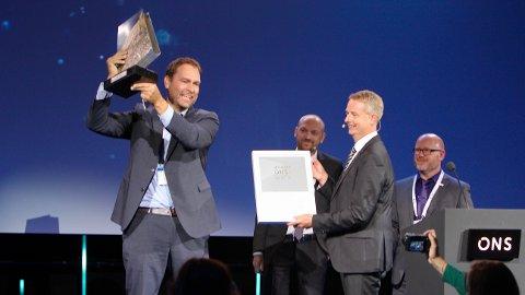 Administrerende direktør i Typhonix, Ole Jørgen Engelsvoll, mottar prisen av olje- og energiminster Terje Søviknes.