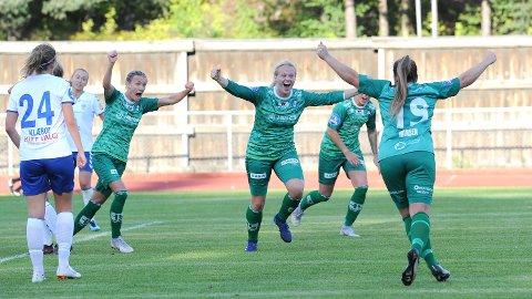 Susanne Vistnes (nummer to fra venstre) har headet inn 1-2 og feirer sammen med Gry Tofte Ims (f.v.), McKenzie Berryhill og Hege Hansen.