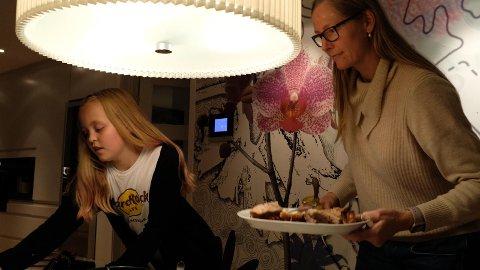 BEDRE: Tobarnsmor Siw Bjørkås har fått bedre dialog med barna Nike (11) og Storm (13) etter at hun la om språket sitt. Her sammen med Nike.