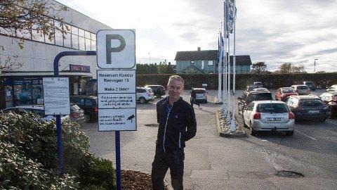 Jone Jonassen håper at kundane ved Rema 1000 vil få betre plass med den nye parkeringsordninga.