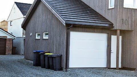 Eigaren av denne garasjen på Nyland på Bryne opplevde at nokon hadde vore inne i både garasje og bil natt til mandag.