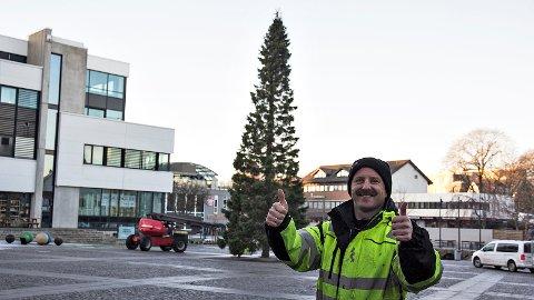 –Tusen takk for hjelpa, seier Frode Haugland til Jærbladet og lesarane. Etterlysinga tidleg i november resulterte i eit stort og flott tre på torget.