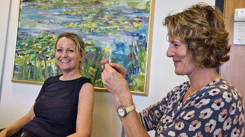 Kommuneoverlege Marit Anda gjer klar årets vaksinedose til Klepp-ordførar Ane Mari Braut Nese. Nokre sekund etterpå er ordføraren ferdig vaksinert.