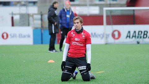 Torben Dvergsdal på Rosselandbanen mandag ettermiddag. I bakgrunnen er trener Jan Halvor halvorsen i samtale med supersupporter Sverre Sandve.