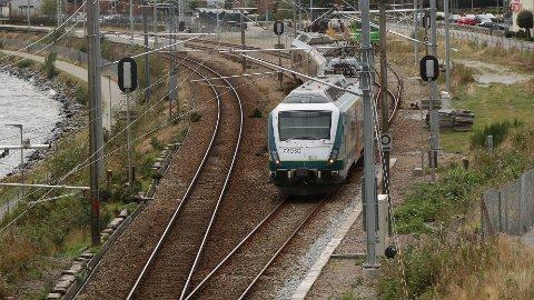 Jærbanen er lagt ut på anbod. Go-Ahead fekk tildelinga, men rivalen SJ Norge klagar.