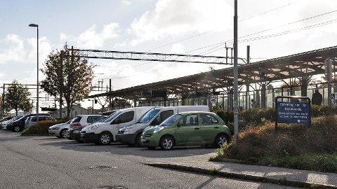 Det er totalt 142 parkeringsplasser ved Bryne stasjon, og på dagtid er det ofte helt fullt. 102 av plassene ligger øst for stasjonen, mellom jernbanesporet og høghuset, mens 40 er på vestsiden av sporet.