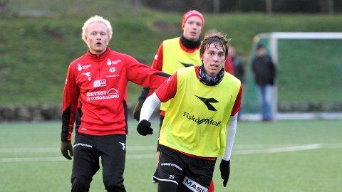 Torben Dvergsdal på trening med Bryne i høst. Bak ham ser vi Erik Rosland (t.v.) og Bjarne Langeland.