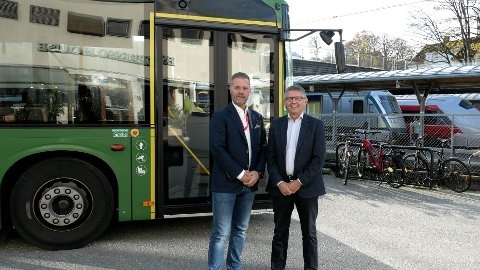 Regiondirektør Rune Ophus i NSB Sør (tv.) sammen med Kolumbus-direktør Odd Aksland.