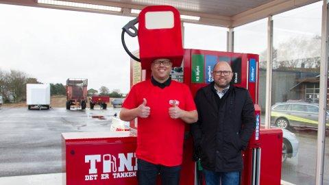 Cato Erga (t.v.) og Kenneth Erga har investert i ny drivstoffstasjon på Kåsen.