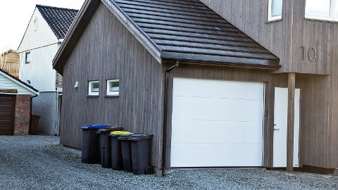 Då mannen til Ellen Therese Svennevik Hein skulle henta Jærbladet måndag morgon, oppdaga han at nokon hadde vore inne i garasjen i løpet av natta. Fleire andre naboar opplevde det same natt til måndag.