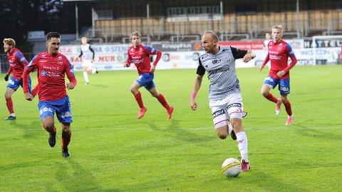 Bryne, med Omar Fonstad El Ghaouti i spissen, spiller årets siste bortekamp i dag - mot Skeid i Oslo. Bildet er fra bortekampen mot Vard Haugesund.