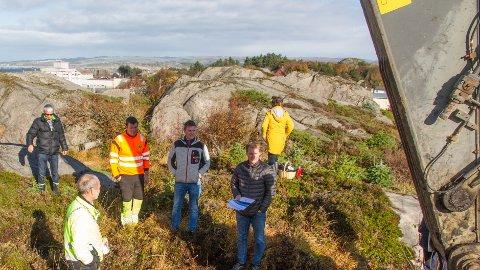 Ordførar Jonas Skrettingland skrytte av utbyggjarbrørne Ernst Morten og Jan Erik Tuen, som er dei to nærmast armen på gravemaskinen. Gravemaskinføraren i oransje heiter Mads Even Skrettingland. I bakgrunnen står foreldra Einar og Møyfrid Tuen.