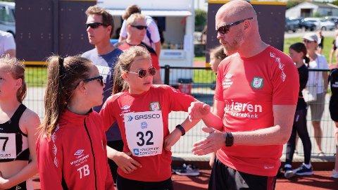 Helge Farbrot får heder og ære for arbeidet han legger ned i Bryne friidrettsklubb.