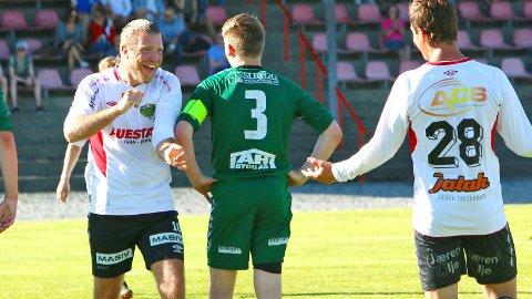 Preben Løvdahl Hellvik (t.v.) scoret tre av målene da Frøyland slo Varhaug 7-0 i fjor vår. Nå har Hellvik lagt opp for å satse på en karriere som fotballdommer. På bildet ser vi også Geir Dahle Høyland (t.h.) og Martin Nord-Varhaug Ånestad ser oppgitt ut.