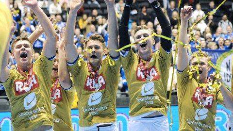 Stian Vigre (f.v.), Tord Haugseng, Rassin Haugseng, Tord Aksnes Lode og Marius Hansen jubler for Nærbø IL sitt andre strake NM-gull.