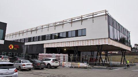 Det bygges for harde livet på Øksnevad. Europris skal holde til i første etasje på tilbygget, mens DNF skal inn i andre etasje i løpet av året.