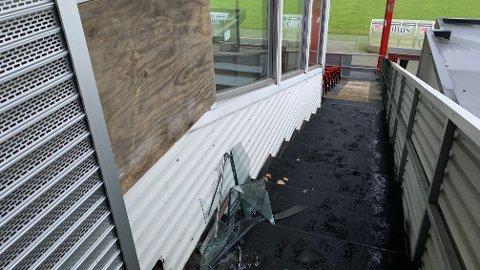 Rester etter vinduet som ble knust etter innbruddet ved VIP-tribunen på Bryne stadion.