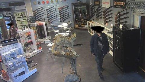 Overvåkingsbilde fra Alm våpen på Moi. Både personen nærmest og personen i venstre billedkant er filmet av overvåkingskamera mens de forsynte seg med de dyreste optiske varene hos Alm. Nå er de dømt for grovt tyveri og heleri.