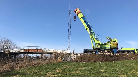 Når ny bru er på plass blir det igjen opna for biltrafikk over jernbanesporet på Odland. For bønder i området betyr det at dei slepp å køyre omvegen gjennom Varhaug sentrum.