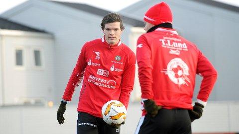 Tor André Skimmeland Aasheim på sin første Bryne-trening. Med ryggen til står en annen nykommer, Petter Havsgård Martinsen.