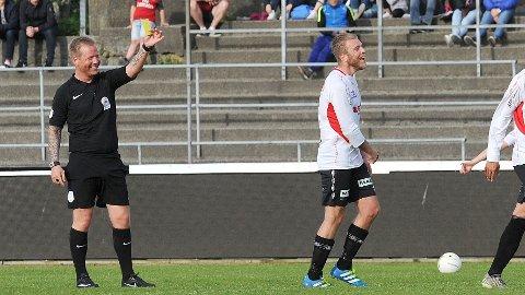 Preben Løvdahl Hellvik (til høyre) får gult kort av Anders Løge, Forus og Gausel, og begge tar det med et smil. Bildet er fra kampen mellom Brynes andrelag og Frøyland i mai i fjor, en kamp Frøyland vant 3-2.