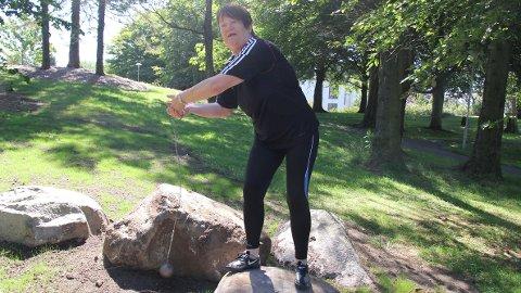 Esther Risa Rosland med slegga. I helgen kastet hun 20,95 meter og det holdt til NM-gull i denne øvelsen.