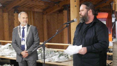 HEIDRA: Hans Berge Stokkeland (t.h) takkar for prisen under utdelinga 1. nyttårsdag. Prisen vart delt ut av ordførar Jonas Skrettingland.