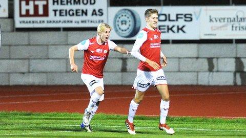 Sondre Svalestad Hovland (til venstre) feirer scoring sammen med Petter Øfsteng. Nå er begge tatt opp i Brynes a-tropp. Bildet er fra 2-2-scoringen til Øfsteng i lokaloppgjøret mot Frøyland i september i fjor. Frøyland vant 3-2, etter en overtidsscoring av Brynes daværende juniortrener, Sam Danby.