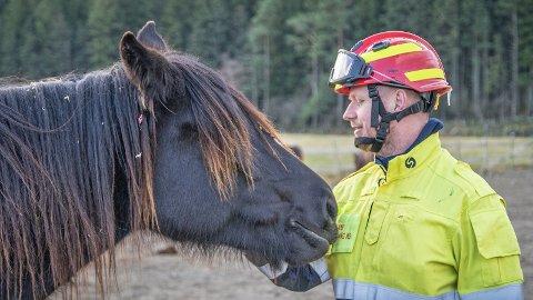Stian Anda og dei andre tilsette ved brannstasjonen på Bryne har mellom anna blitt kursa i å handtera hestar.