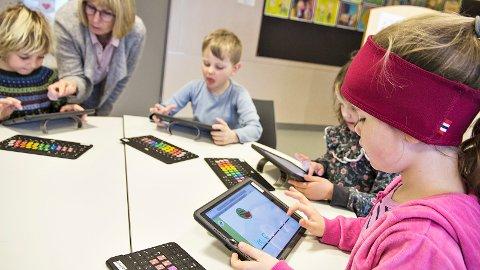Spesialpedagog Randi Stangeland er mykje inne i 1. klasse, og ho brukar meir enn gjerne nettbrett som læreverktøy –òg for dei yngste elevane. Førsteklassingane har fargekoda tastatur som dei kan kopla på bretta, slik at det blir lettare for lærarane å forklara kor dei ulike bokstavane er plasserte.