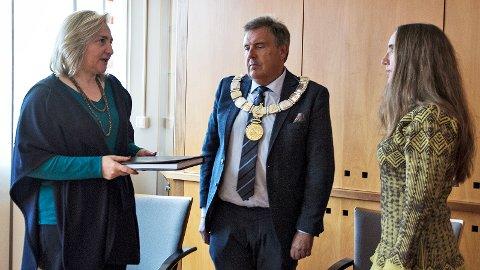 Ambassadør Lamia Radi overrekker kondolanseprotokollen til Irene Ueland, med Time-ordførar Reinert Kverneland som vertskap for overrekkinga.