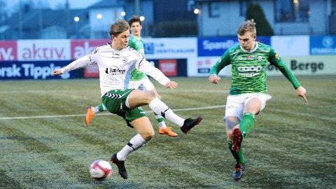 Klepp-stpper Ådne Berge (til høyre) klarerer foran Jakob Lye Skretting. I bakgrunnen Klepps andre midtstopper, Elias Lende Elamari.