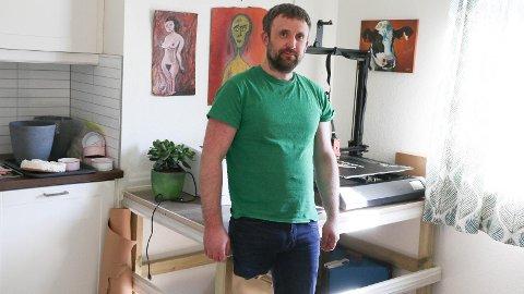 TAKKSAM: Kristian Køhn har aldri sett på det som eit problem at han måtte amputera foten. Han er bare glad for at legane redda livet hans.