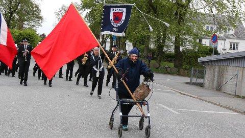 FREMST: Wenche Berg gjekk fremst i 1. mai-toget på Bryne med raudt flagg og rullator.