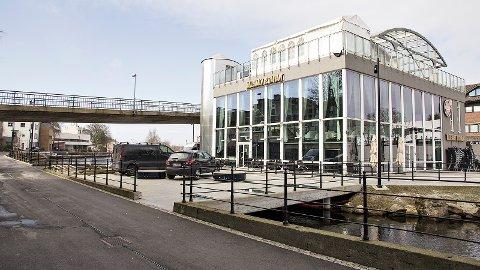 På betongdekket, der bilane står på dette bildet, kan Møllehagen restaurant setja opp mellombelse bygg/konstruksjonar. Til høgre i bildet er det søkt om å få setja opp eit permanent tilbygg langs dagens fasade.