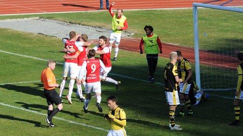 Her jubler Bryne-spillerne for scoring på overtid. Fra venstre ser vi Andreas Ueland, Erik Rosland, målscorer Bjarne Langeland, Vetle Lunde Myhre og Rogvi Baldvinsson. De glede innbytterne er Rune Pedersen Bore (t.v.) og Sander Ystanes.
