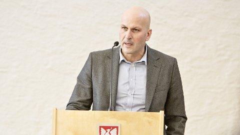 Kommunestyrerepresentant Bjarte Solheim (V) stiller spørsmål til ordføraren om pels. (Arkivfoto: Nils-Ove Støbakk)