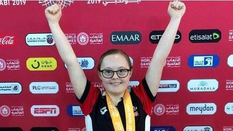 Stina Nygård jubler etter bronsemedalje på 50 meter fri.