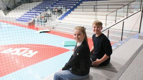 Tribunelunsj: Mari Rimestad og Sander Nærland Rosseland og dei andre elevane ved Nærbø ungdomsskule har kantine i Nye Loen. Elevane blir spreidde over eit stort område i lunsjpausen.