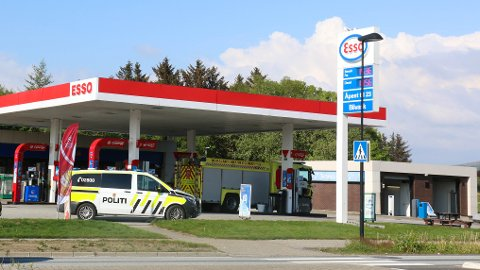 Brannvesen og politi rykka ut etter melding om røykutvikling i ein bil på Esso på Bryne Sundag.