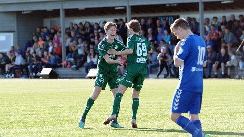 Antoni Zdzislaw Jaworski jubler sammen med tomålsscorer Jakob Lye Skretting (nummer 69), mens spillende Nærbø-trener Simon Sæternes Stapnes depper litt.