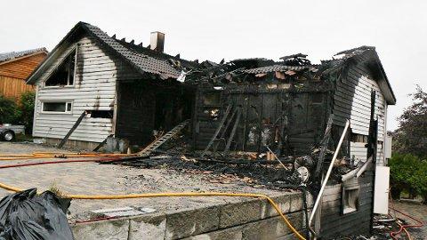 FAMILIE MISTET HUSET: Dette huset i Torkel Lendes veg ble totalskadd. Brannen oppstod i en søppeldunk, og var trolig påtent.