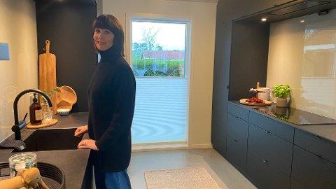 TRIVES MED SORT: Lill Kristin Aasland er veldig godt fornøyd med sitt nye sorte kjøkken og ville valgt det om og om igjen.