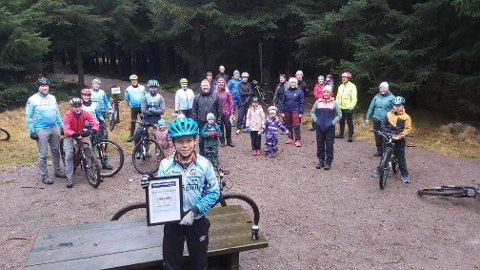 GLADE: Medlemmene i Vigrestad Sykkelklubb fikk en hyggelig gave på 500.000 kroner under juleavslutningen i Haugstadskogen.