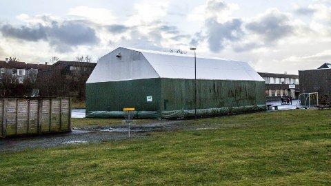 HALL: Hallen som står like ved Rosseland skule er ikke i bruk lengre og må tåle litt flammer og temperatur om dagen.