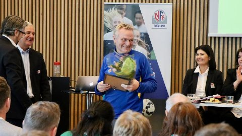 Under kretstinget lørdag ble Ivar Lomeland fra Lye tildelt honorært lederstipend for sin innsats som frivillige i fotballen gjennom mange år.